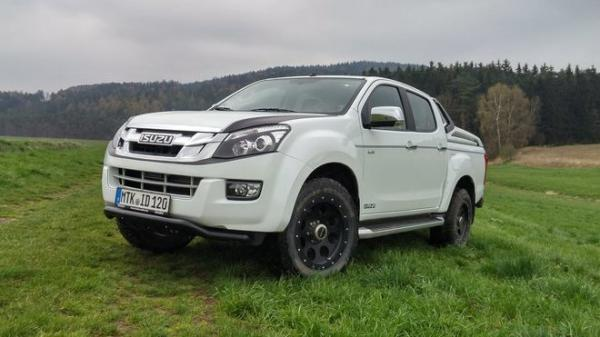 TEST: Isuzu D-Max Double Cab Premium 2.5 Twin Turbo - Pracant ve smokingu